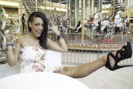 Alessandra Volpe en un centro comercial de tomar una copa de vino Foto de archivo - 15480306