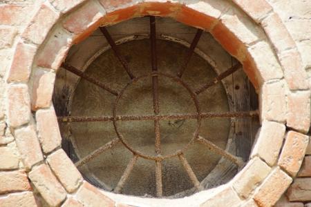 ferro: dettaglio vetrata circolare di una chiesa