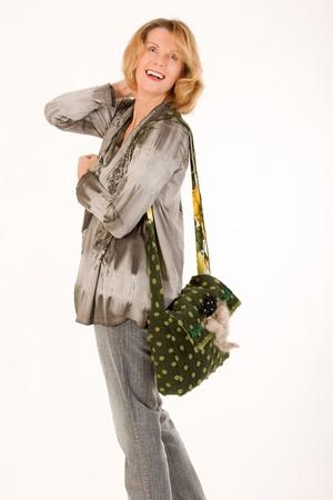 designer bag: dama elegante con una bolsa de dise�ador de color verde