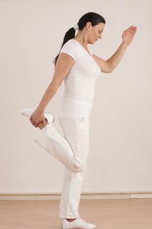 Mujer de más de cuarenta hace gimnasia