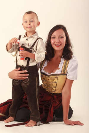 AlleinerzieherIn: Alleinstehende Mutter mit ihrem Sohn im bayerischen Tracht