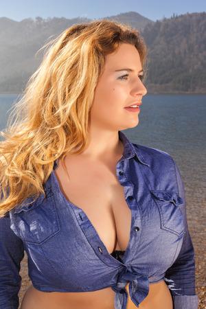 Hermoso retrato de una mujer joven con los pechos grandes y el pelo largo y rubio, con profunda Dekollette