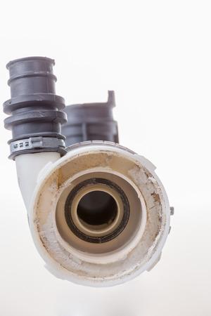 De la calcificación corroyó la bomba de agua de una lavadora, aislada en blanco