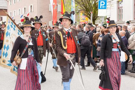 Kapitein van een onderneming van de berg troepen tijdens de groet met twee merk Dente goten aan de zijkant en achter de vlaggen detachering