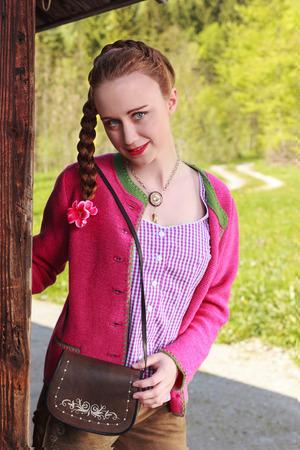 trenzas en el cabello: Mujer Mujer con el pelo trenzado llevaba su�ter de color rosa Foto de archivo