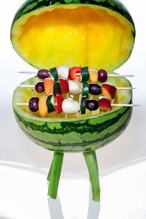 brochetas de frutas: Sandía Grill con óxido y cubierta con brochetas de fruta