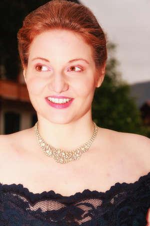 traje de gala: Portrait of a gorgeous curvy woman in an evening dress