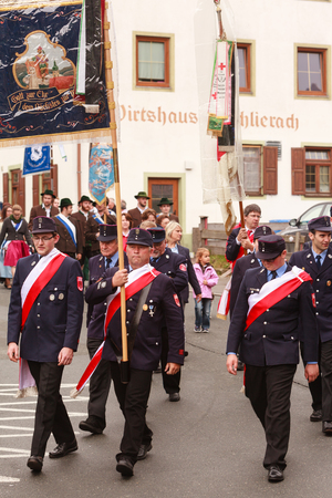 Hausham, Duitsland - 17 juli 2016: Brandweerlieden Hausham de parade in Hausham / Duitsland