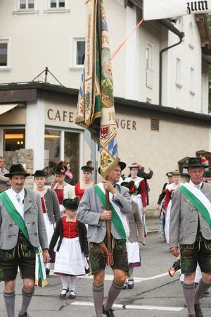 Hausham, Duitsland - 17 juli 2016: Trachtenverein Hausham in processie in Hausham / Duitsland