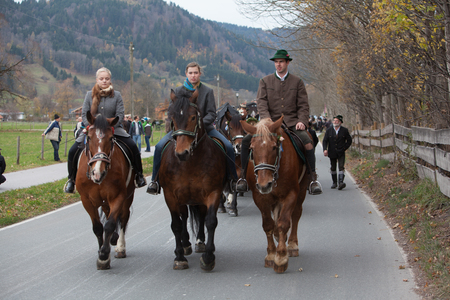 Schliersee, Bavaria - November 5, 2017: Every year on the 1st Sunday in November, the Idyllic Horse procession, named Leonhardi in Bavarian Schliersee takes place in commemoration of Patron St. Leonhard. In traditional clothing and decorated horse-drawn c Editoriali