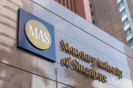 Logo-Beschilderung der Monetary Authority of Singapore (MAS) am Gebäude am Eingang.