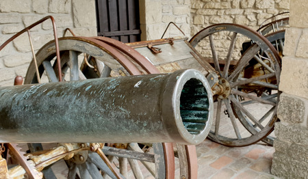 Old cannons ready to defend from the Italian castles Standard-Bild - 105981330