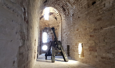 Old cannons ready to defend from the Italian castles Standard-Bild - 105981331