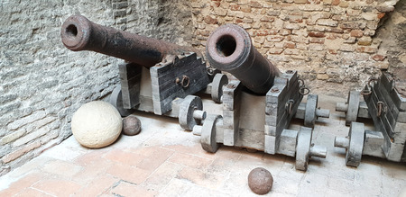 Old cannons ready to defend from the Italian castles Standard-Bild - 105981353