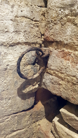 Ancient rusty wall ring inside a medieval castle in the center of italy Standard-Bild - 105981425