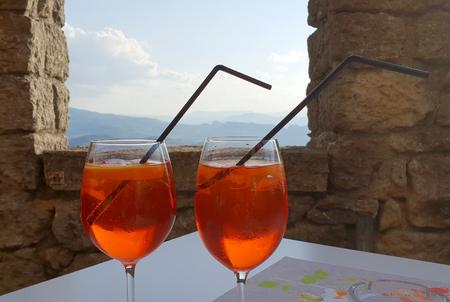 A relaxing italian spritz in an ancient castle Standard-Bild - 105981618