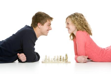 チェス、白い背景で隔離を使用して横たわっている魅力的な 10 代の若者 写真素材 - 8606303