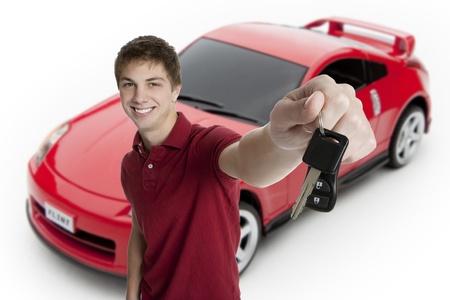 バック グラウンドでスポーツ車と車のキーを保持している魅力的な 10 代の少年 写真素材 - 8606292