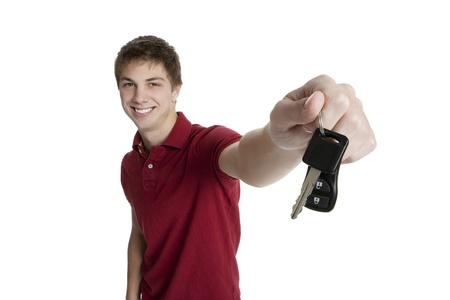 Adolescente attraente detiene le chiavi della macchina isolati su sfondo bianco Archivio Fotografico - 8606259