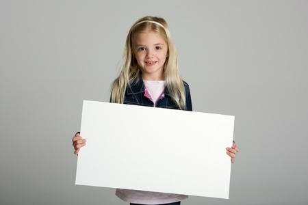 ni�os sosteniendo un cartel: Ni�a feliz, sosteniendo un signo en blanco