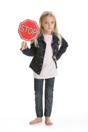明白な一時停止の標識を保持している白い背景に分離したかわいい小さな女の子 写真素材 - 8606274