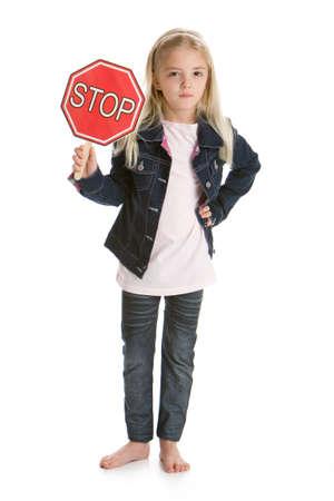 かわいい女の子立っていると一時停止の標識を保持しています。 写真素材 - 8606276