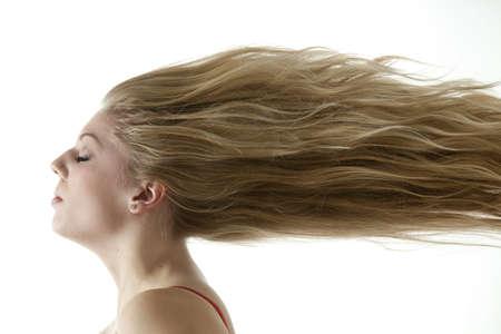 viento soplando: Hermosa chica adolescente con viento con extrema Rubio cabello Foto de archivo