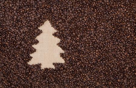 arbol de cafe: Abeto hecha de granos de caf� tostado sobre arpillera