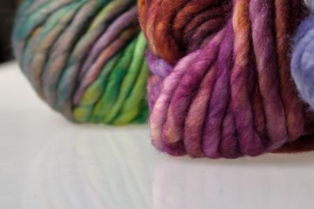 gomitoli di lana: Set of colorful wool yarn balls. Closeup photo.