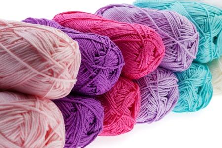 gomitoli di lana: Set di filati di lana colorato avvolto in matasse. Avvicinamento