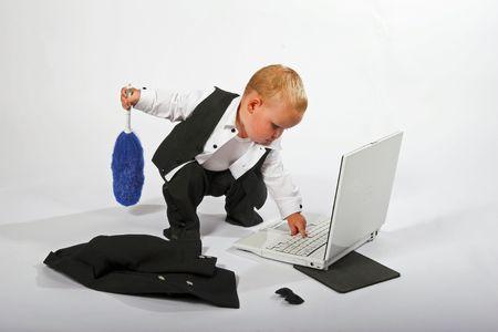 Prodigy: M?ode dziecko w garnitur pracy na komputerze, odizolowanych Zdjęcie Seryjne