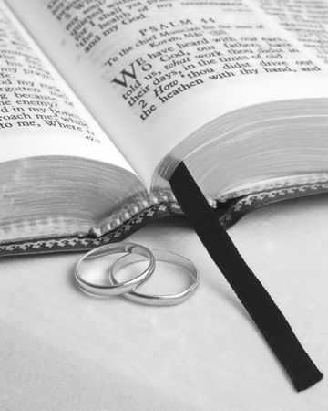 pentimento: Bibbia e anelli di nozze  Archivio Fotografico