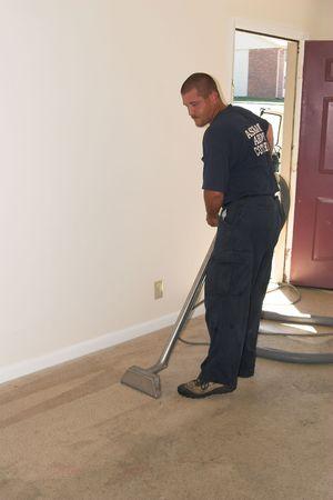 maquina de vapor: Alfombra de la limpieza del vapor del tech en el apartamento Foto de archivo
