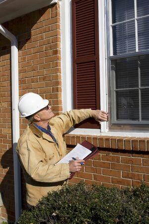 haushaltshilfe: Home Inspektor der Suche nach m�glichen Problemen f�r einen potenziellen K�ufer, auf der Suche nach Reparaturen erforderlich