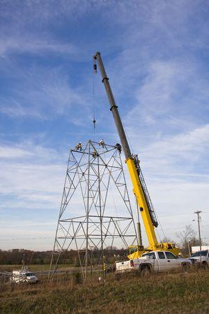 crane parts: Los contratistas son la instalaci�n de alta tensi�n nuevas torres de transmisi�n para llevar energ�a el�ctrica en todo el pa�s, las partes se levanten con una gran gr�a torre