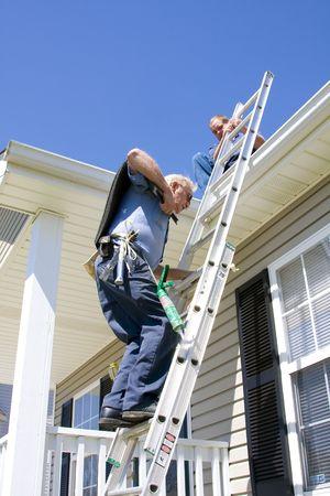 reparaturen: Oofing Auftragnehmer die Reparatur besch�digter Dach �ber Haus -  Lizenzfreie Bilder