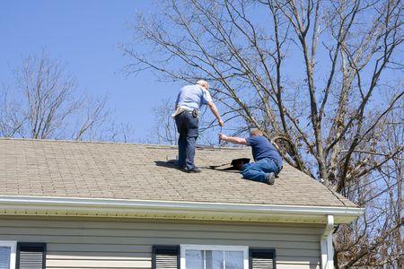 reparaturen: Flachdachabdichtung Auftragnehmer die Reparatur besch�digter Dach �ber Haus nach den j�ngsten St�rmen Wind, viele D�cher wurden besch�digt  Lizenzfreie Bilder
