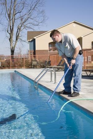 プールのクリーニング サービス男フィルター、この秋のプールで落ちている葉を削除します。 写真素材