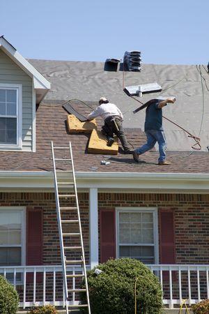 shingles: Techadores sustituci�n de las tejas da�adas despu�s de la tormenta Foto de archivo