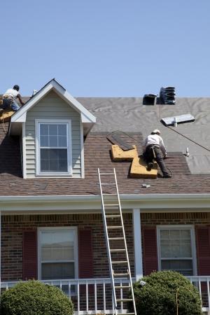 Dachdecker Schindeln ersetzt beschädigt nach Sturm Standard-Bild