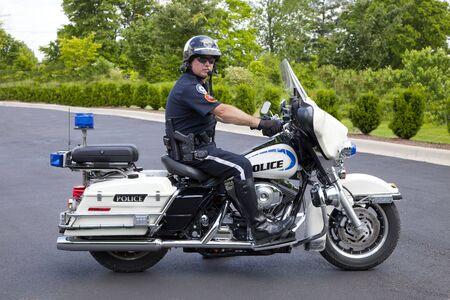polizist: Polizist auf seinem Motorrad gerade f�r speeders und Menschen runnig Stop Zeichen