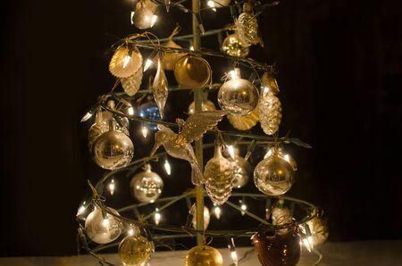 Árbol de Navidad con adornos dorados y luces. Fondo de vacaciones.