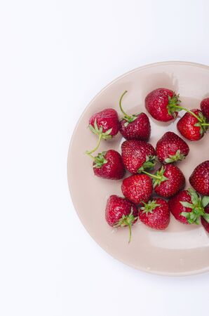 fresh red strawberries on pastel plate on white background Banque d'images