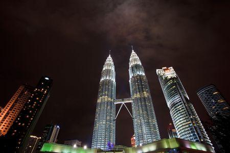 Towers Featured in Nightime Skyline in Kuala Lumpur, Malaysia Редакционное