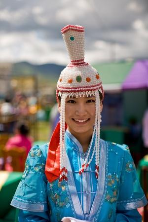2008 년 7 월 11 일 울란바토르, 몽골에서 Nadaam 게임 축제 기간 동안 전통적인 몽골어 드레스에 울란바토르, 몽골 -7 월 11 일 : 젊은 여자 에디토리얼