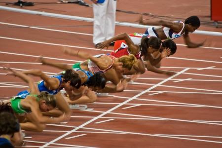 deportes olimpicos: Beijing, China - 18 de agosto de 2008 los Juegos Ol�mpicos: Atletas mujeres despegar al inicio de la carrera de 100 metros Editorial