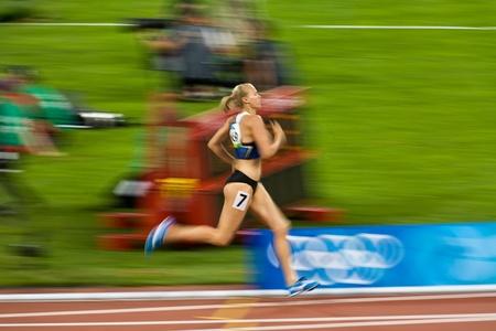 deportes olimpicos: Beijing, China - el 18 de agosto de 2008 Juegos Ol�mpicos: Kaie Kand rompe fuera del campo de corredores para ganar la carrera de 800 metros para mujeres Editorial