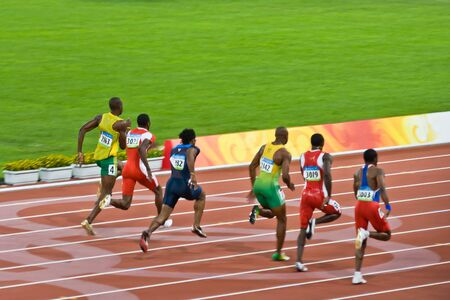 Beijing, China - 18 augustus 2008: Olympisch kampioen Usain Bolt loopt achter op de verpakking voordat u een nieuw wereldrecord