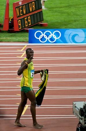 deportes olimpicos: Beijing, China - el 16 de agosto: Sprinter Usain Bolt establece nuevo récord mundial de 100 metros para hombres Editorial