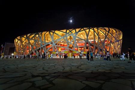 deportes olimpicos: Beijing - el 16 de agosto: Espectadores dejando el estadio nido de aves en la noche durante los Juegos Olímpicos de 16 de agosto de 2008, Beijing, China.